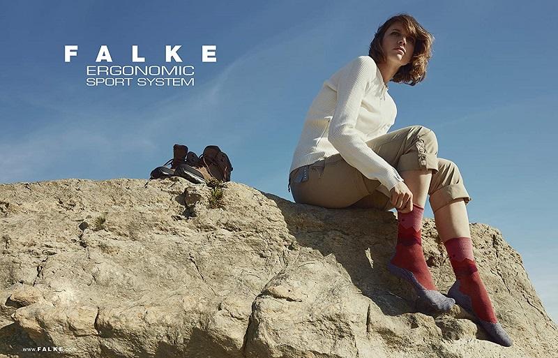 chica en la montaña Falke calcetines de lana merino