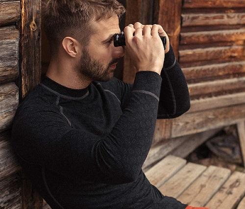 hombre con camiseta negra de lana merino manga larga