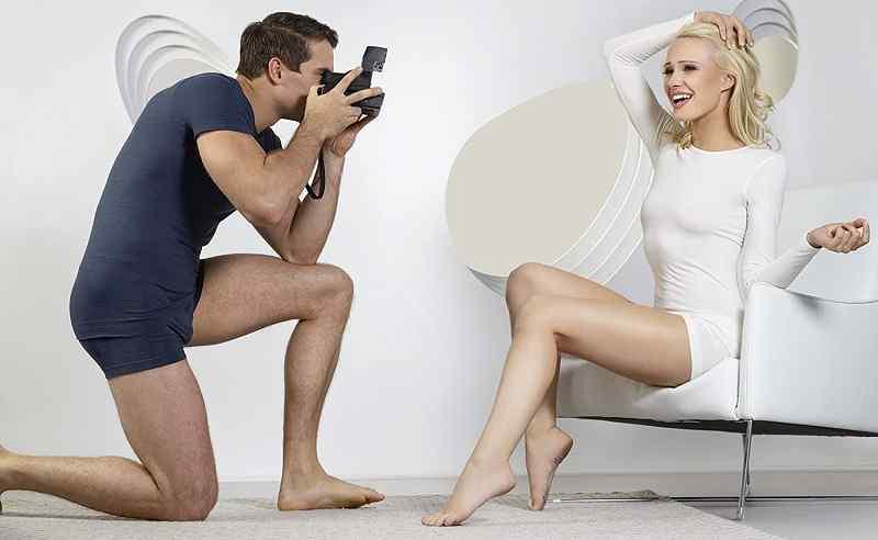 hombre fotografíando a mujer en ropa interior de lana merino