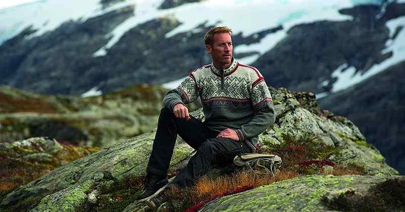 hombre jersey de lana merino en la montaña