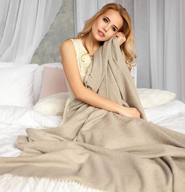 mujer con manta de lana merino