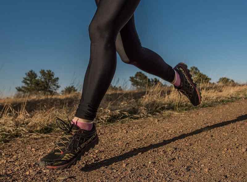mujer haciendo running con calcetines de lana merino